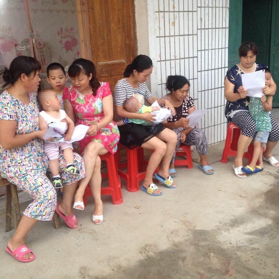 石坝镇妇联开展好母乳喂养周的宣传活动